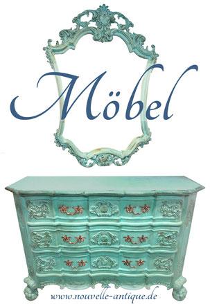 Das Bild zeigt eine antike Kommode und einen antiken Spiegel, die mit dem Chalkpaint Farbton Provence von Annie Sloan gestrichen wurde.