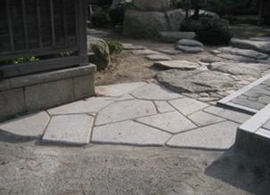 当社工場にて切断・ビシャン加工した平らな敷石(安田産御影石)を施工することで、つまずきやすいというお悩みを解消しました。