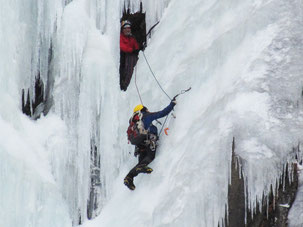 Due alpinisti alle prese con una cascata di ghiaccio