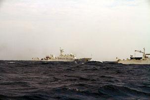 18日、尖閣海域に領海侵入した中国公船。第十一善幸丸から撮影=アンセル倫子さん提供