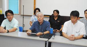 記者会見で大浜一郎氏を候補者に決定したことを発表する東田盛会長(中央)ら=5日午後、大浜信泉記念館