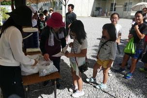 登野城2町内で親子レクレーションが行われた=25日午前、登野城小学校