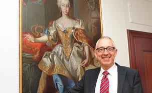 Rupert Kubons Passion für Geschichte ist auch in seinem Büro erkennbar. Hier ist unter anderem dieses große Bild von Maria Theresia zu sehen, der Fürstin des Hauses Habsburg. Foto: Jochen Hahne