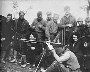 George Orwell (el más alto de la foto) en la Guerra Civil española.