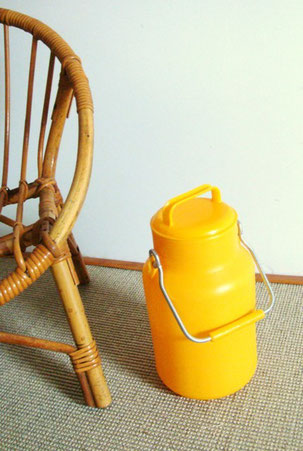 Bidon de lait plastique jaune vintage