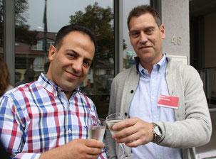 Ali Sepehri (li.) und Hans Schreiner stoßen auf die Röttgener Filiale an
