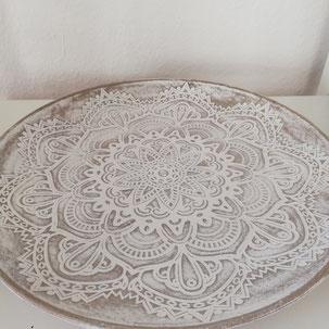 Tablett als Dekoration aus Holz mit Blumen darauf