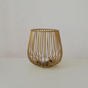 Goldenes Windlicht mit dünnen Rippen als Tischdekoration auf Hochzeit modern