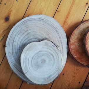 Baumscheibe als Tischdekoration für rustikale Hochzeitsdekoration