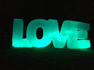 Love Schriftzug in türkis mit wechselndem Farben zum Aufblasen für Hochzeit
