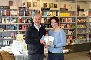 Foto: Julia Oberst. Zeigt die beiden Leser des Literaturabends, Susanne Biller von der Buchhandlung und Klaus Eifler.