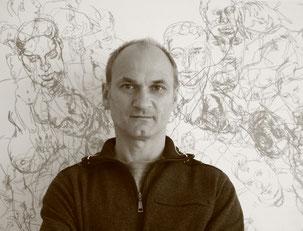 Der Künstler Franz Weidinger vor seinen Aktskizzen. Foto: Regina Weidinger.