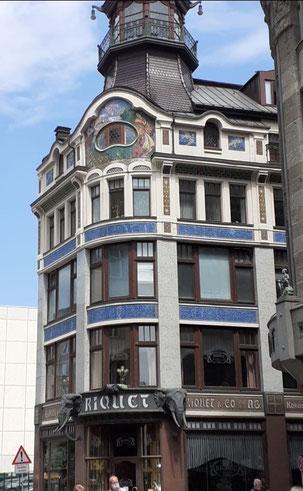Das Riquethaus in Leipzig ist ein prominentes Beispiel für ein ehemaliges Kolonialwarengeschäft. Charakteristisch ist unter anderem der mit Elefantenköpfen verzierte Eingang.  Bild: Max Witzler.