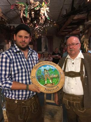 Alexander Wasl und Rupert Peschl mit der selbstgestalteten Jubiläumsscheibe