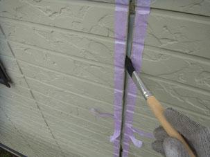外壁コーキング打替え前のコーキング密着プライマー塗装写真。