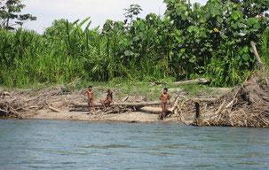 En los últimos años se han producido decenas de encuentros entre indígenas aislados mashco-piros, turistas y colonos (fotografía de 2011). © G. Gali//www.indigenasaislados.org
