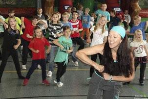 """Zumba-Tanzlehrerin """"Nicole Knop"""" brachte Bewegung in den Kindertag. Bitte das Bild anklicken!"""