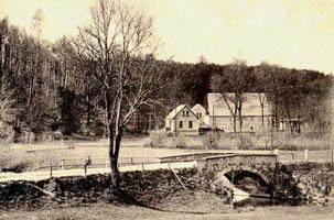 Die Talmühle mit den Felswänden der Röder-Schleife. Vorn die alte Steinbogen-Brücke an der ehemaligen Feilenfabrik Radeberg-Lotzdorf..