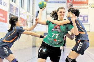 Die Altwarmbüchenerin Sabrina Zoonz (Mitte) versucht sich gegen Maren Heine (links) und Swea Müller (rechts, beide HV Barsinghausen) durchzusetzen.