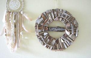 Treibholzkranz mit Seesternen und Anker dekoriert.