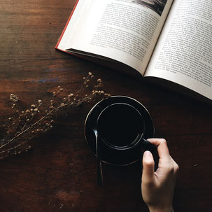 Buch & Kaffeetasse