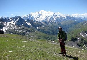 """En descendant les """"Beaux Prés"""" du Buet, avec le Mont Blanc au fond."""