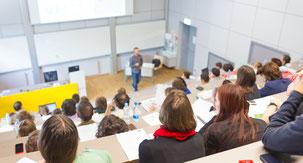 An deutschen Hochschulen gibt es gerade einmal rund 45.000 hauptberufliche Professorenstellen, entsprechend begehrt sind sie mit ihrem Renommee, dem Beamtenstatus und der guten Bezahlung.  Foto: djd/Verband der Privaten Hochschulen/kasto - stock.adobe.com