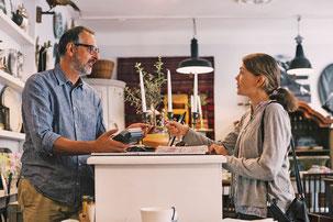 Freundlichkeit, Kompetenz, Beratung - das ist es, was Kunden von einem guten Service erwarten.  Foto: djd/Salesforce/Getty