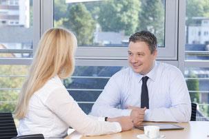 Die Personalvermittlungs-Experten gehen zunächst die Bewerbungsunterlagen durch und filtern die Stärken des Bewerbers heraus, um dann im nächsten Schritt dazu passende Stellenangebote von Kundenunternehmen zu finden.  Foto: djd/Piening Personal