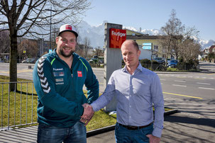 Thomas Sempach mit Michael Waber, Frutiger AG, Thun, nach der Vertragsunterzeichnung als Goldpartner