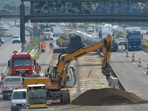 Fahrbahnsanierungsarbeiten auf der Autobahn A5 Darmstadt - Frankfurt. Foto: Arne Dedert