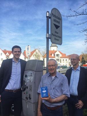 (v.l.n.r.) Patrick Büker, Ernst Sebbel und Heinrich Splietker sprechen sich für eine Aufhebung der Gebührenpflicht aus - hier auf dem Büschers Platz.