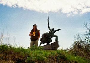 im Hintergrund das mächtige Marine-Denkmal