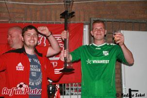 Marco Klaus (BRK III) und Philipp Franzke (SSV) nahmen den Metermeister-Pokal entgegen.
