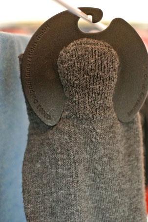 Sockenpaare vor dem Waschen mit Sockenclips zusammen machen