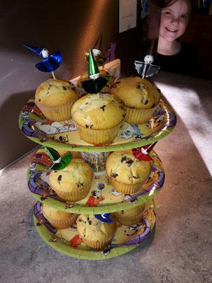 DIY Etagere aus Papptellern und Pappbechern mit der Muffinbäckerin im Hintergrund