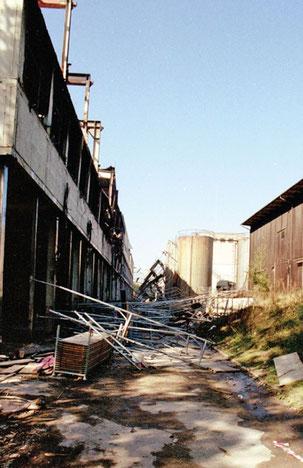 Glück im Unglück: das eingestürzte Baugerüst. Minuten zuvor standen an gleicher Stelle Feuerwehrleute im Einsatz.