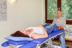 Stephan Barkentin bei der Behandlung nach Bobath