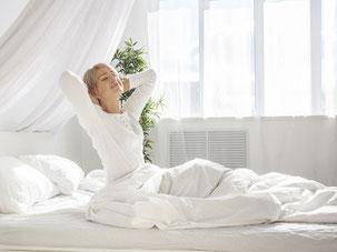 Besser einschlafen und durchschlafen können mit Hypnose - Die Schlafqualtiät ist sehr wichtig, um morgens erholt aufzuwachen. Schlafen verbessern heißt: Mehr vom Tag und von der Nacht!