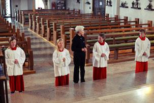 Unsere vier Neuen bei ihrer ersten Messdienerstunde © Bild: Björn Merker
