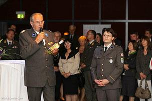 Weltrotkreuztag auf Stift Göttweig, Rotkreuzpräsident Willi Sauer und Matthias Laurenz Gräff mit dem Rotkreuzwein, Mai 2012