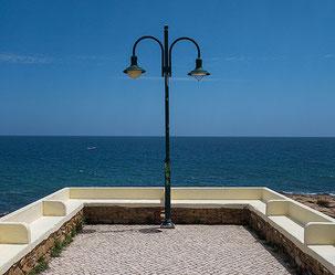 Sitzbänke an der Strandpromenade von Praja da Luz. Foto: Klaus Schoerner