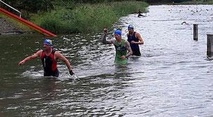 Hans Karner vor Robert Vuketic beim Schwimm Finish