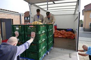 Ehrenamtliche Helfer der Soltauer Tafel verladen eine Ladung Kartoffeln auf den Lieferwagen.