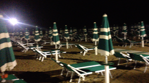 Strandliegen Italien Rimini bei Nacht