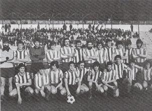 Los onces del Llodio y el Amurrio posan juntos para la foto. Temporada 1979-80.