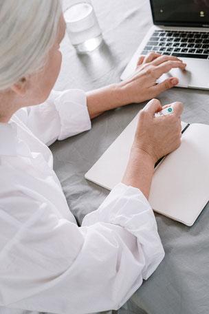 Senioren erlangen Sicherheit im Umgang mit Medien, Tablet und Smartphone im Digitalum Wittgenstein in Bad Berleburg