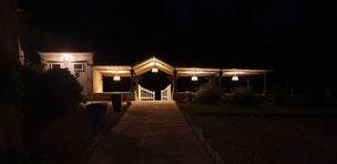 Salle à manger d'été la nuit au château La Hitte au coeur du sud-Ouest