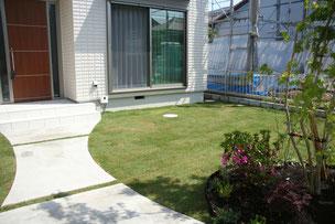 塀の裏は広々とした芝生スペース