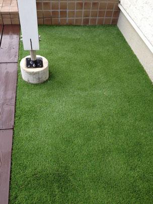 元々砂利だったところへは高品質人工芝を敷いた。お手入れの手間がずいぶんと省ける。